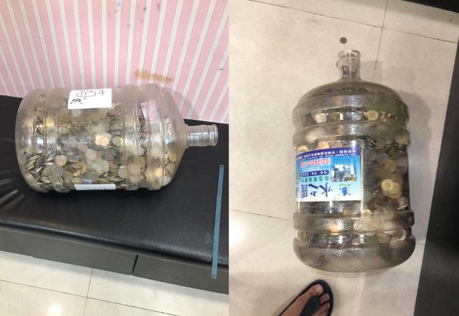 他把飲水機桶當存錢筒!存滿零錢剖開一算網友驚呆:出國玩都有剩