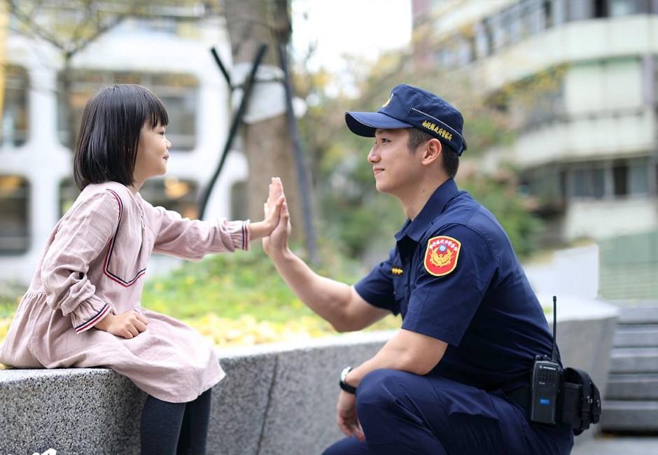 新警察制服曝光!網友眼尖發現「撞衫」這職業