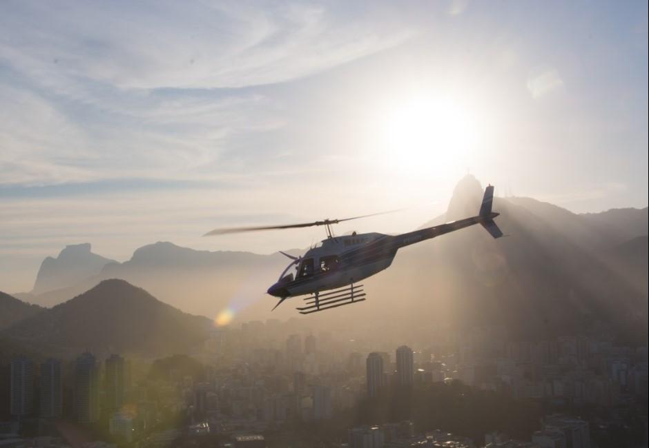 小學課上到「直升機原理」…他把家中直升機開到學校挨批:炫富