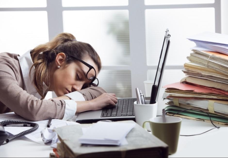 上班沒幹嘛卻還是累個半死?原來「忙裡偷閒」才是罪魁禍首!