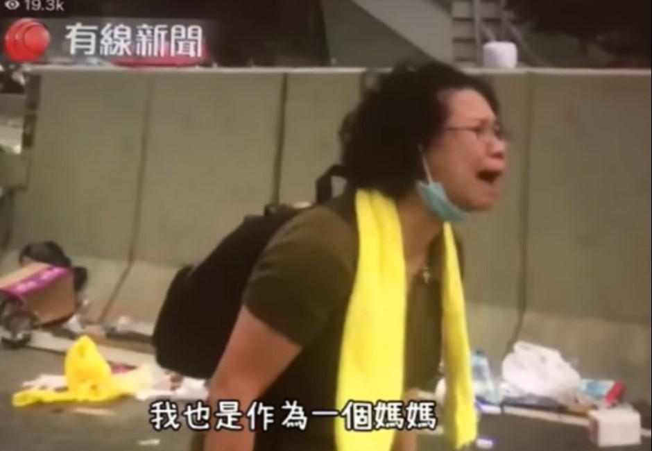 影/為什麼要打小孩!香港媽媽對警哭喊:夠了...痛心片網瘋傳