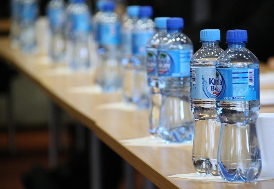 成人每年吞下5萬個塑膠微粒!研究結果:瓶裝水比自來水更母湯
