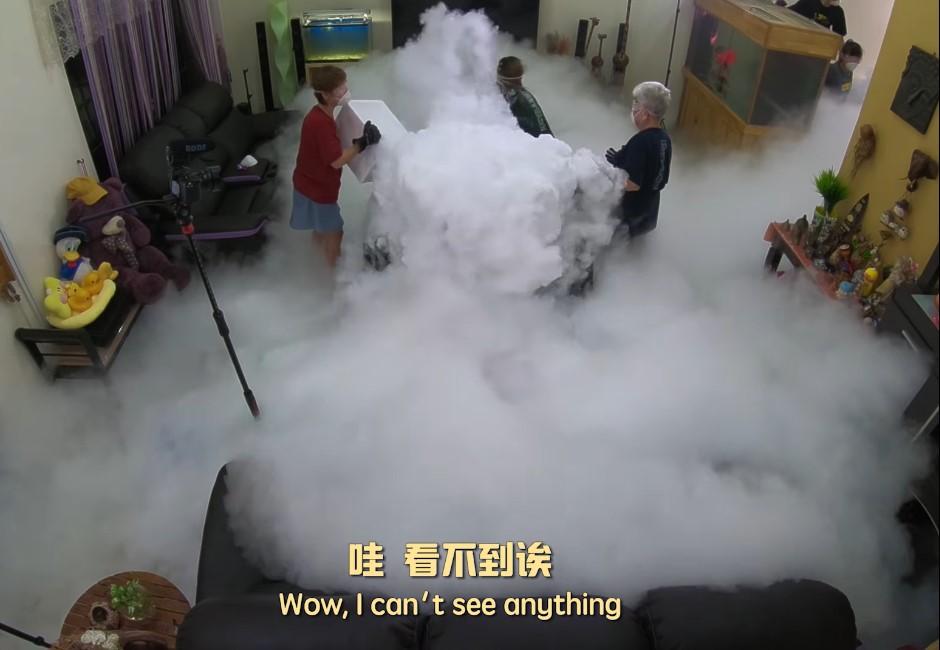 阿嬤大玩「70公斤乾冰+熱水」…白煙激噴網驚呆:小心見上帝