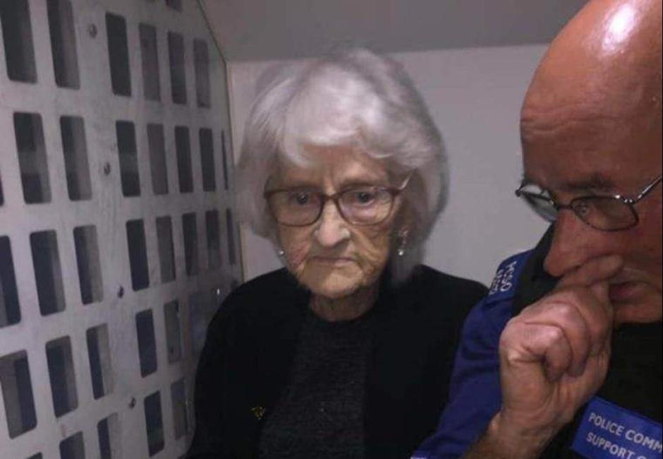 阿嬤太調皮!高齡93歲遭到逮捕還在網路上炫耀!