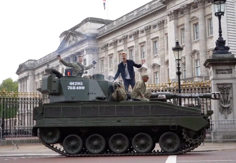 影/史上最狂搭車服務!叫Uber自動升級坦克...路人全看傻