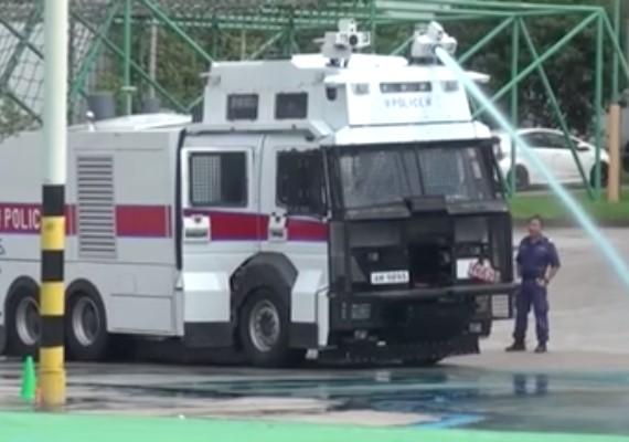 片/水炮車定「漏水炮車」?市民車輛同香港街道被強制「變藍」?