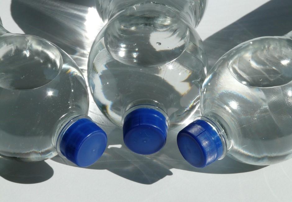 瓶裝水放高溫車內變「塑化劑水」?實測告訴你解答!