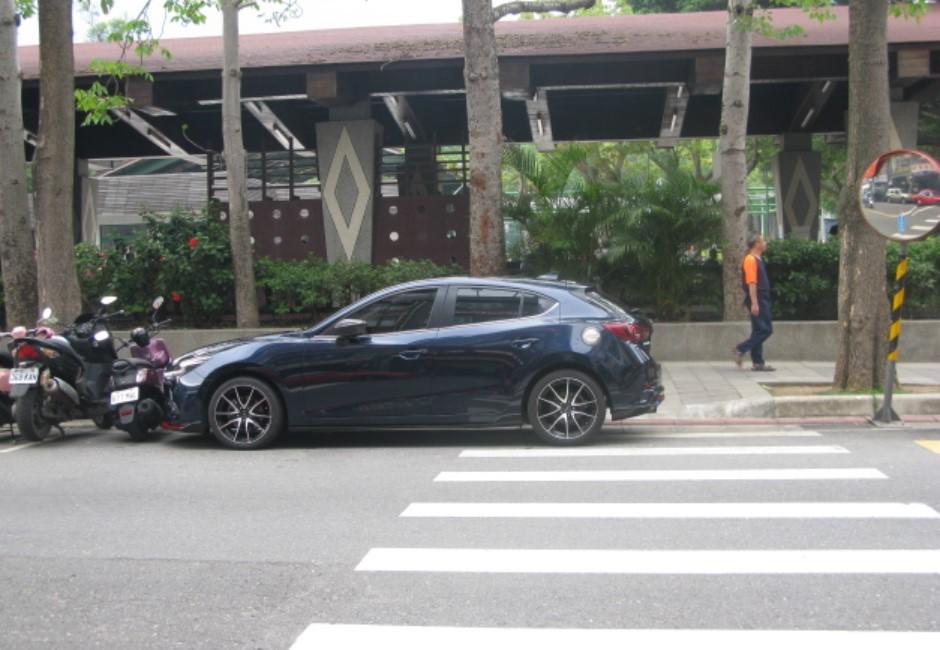車停「紅線內30公分」不算違規免罰?交通隊給解答