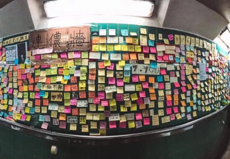 片/為人師表竟然用粗口辱罵學生?副校長撕毀連儂牆文宣被拍