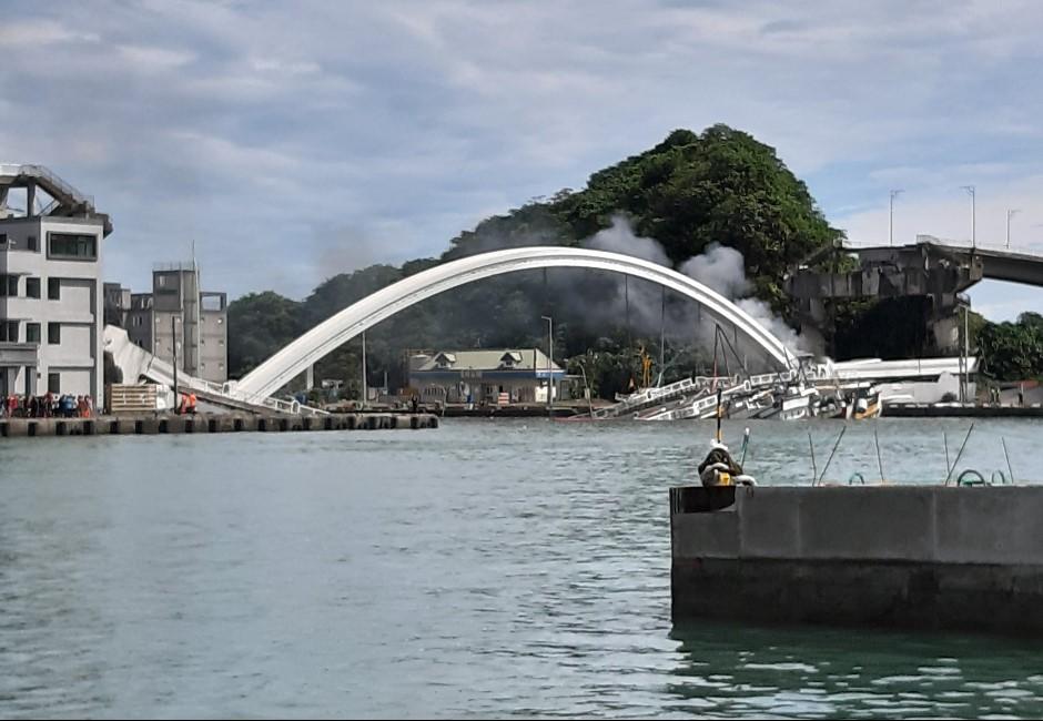 影/颱風剛走宜蘭「南方澳大橋」驚傳嚴重坍塌!警消搶救中