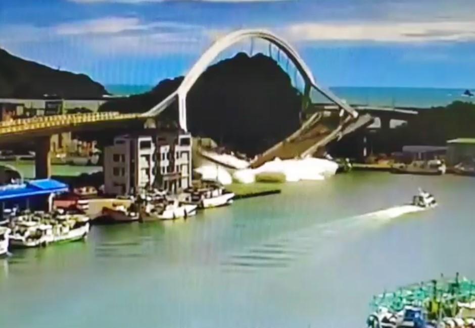影/油罐車一秒摔下去…宜蘭南方澳跨海大橋崩塌猶如絕命終結站