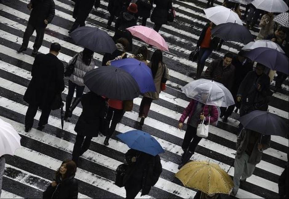 雨天幫老奶奶撐傘全身濕一半…路人風涼話讓網友「ki賭爛」