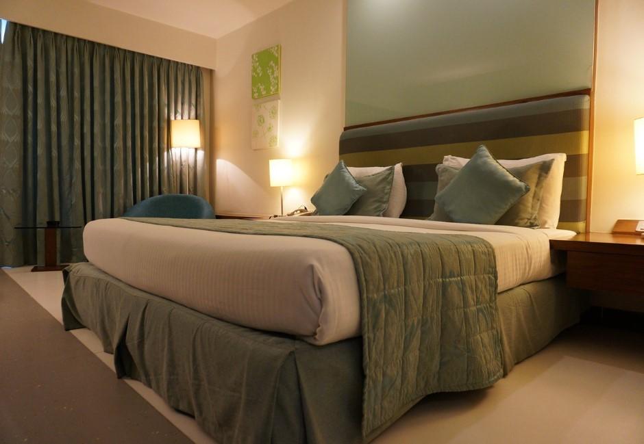 雙人床卻給4顆枕頭?揭露飯店小貼心 網:以為要打枕頭仗