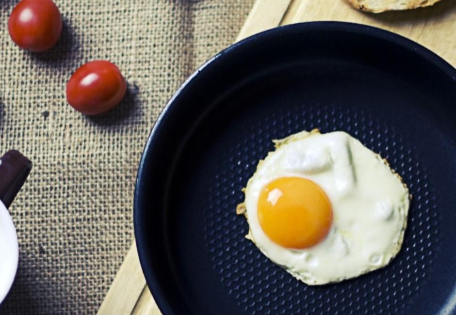荷包蛋怎麼吃最對?夾蛋、醬油膏、灑鹽閃邊 加它直接美味UP