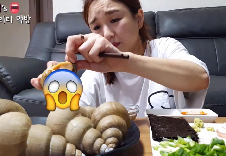 韓國百萬直播妹狂嗑海鮮 粉絲見「黑色條狀物」驚喊:不能吃!