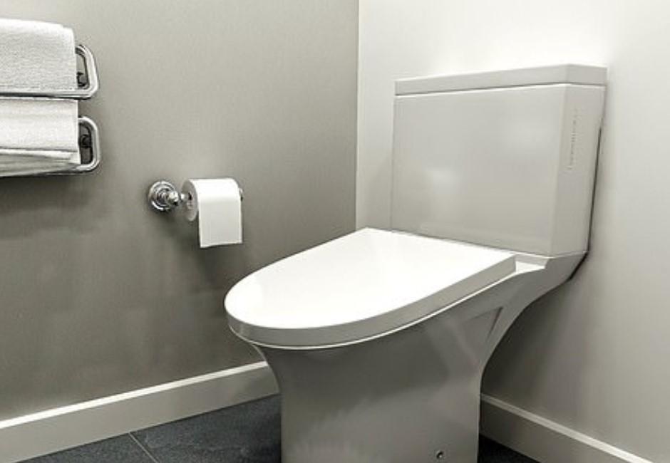英發明「傾斜馬桶」縮短如廁時間!上班族崩潰:不能躲廁所偷懶了
