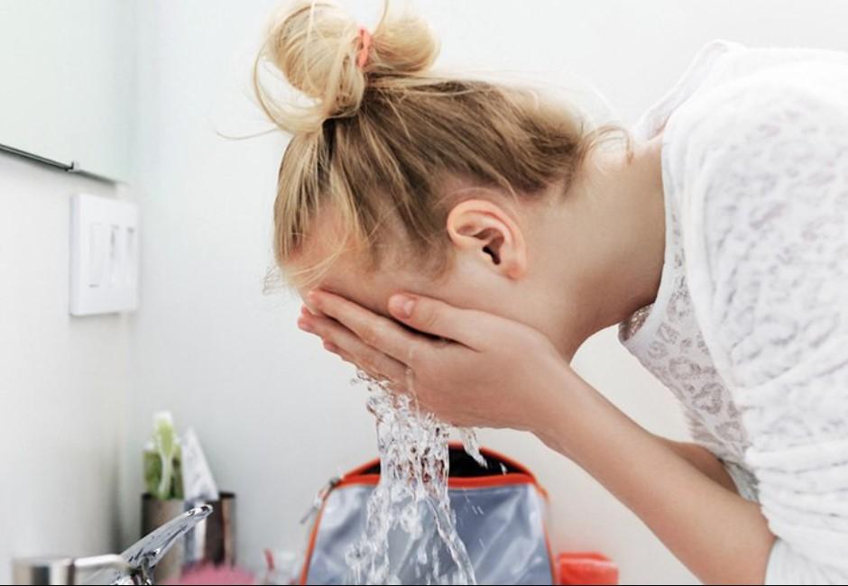 化妝水「大部分只是水」!食藥署認證 只靠它保濕更傷皮膚