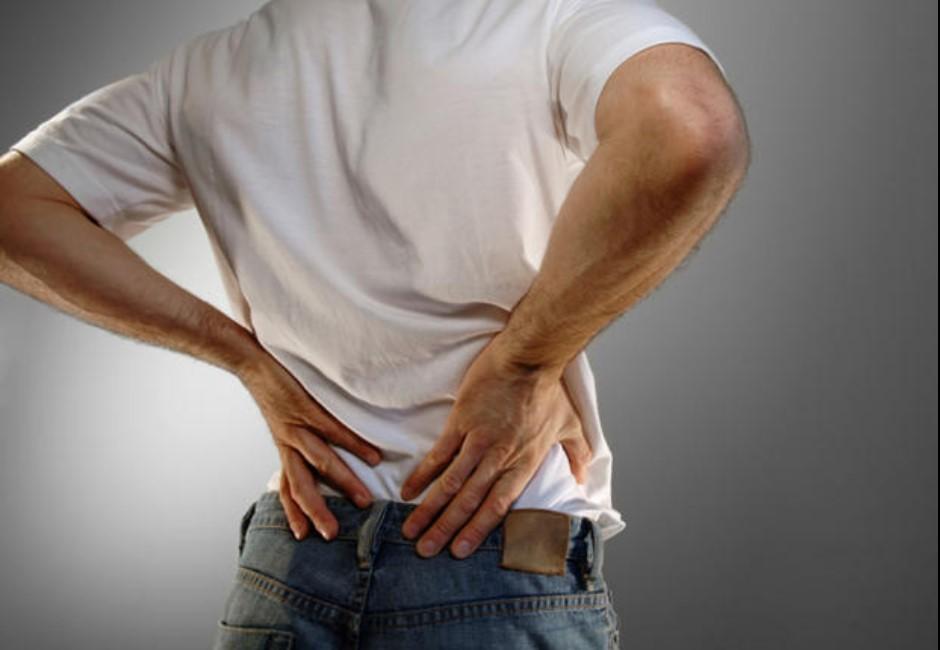 54歲男忍背痛…掛急診才知椎間盤被細菌吃到「剩空洞」