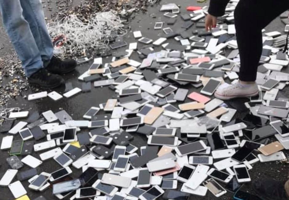 影/砸重金的抗議!員工日砸上千台iPhone力抗慣老闆
