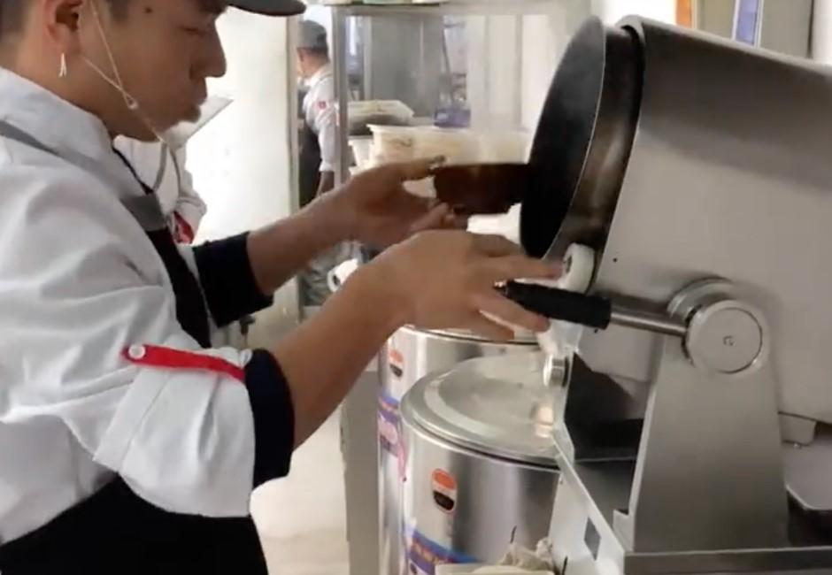 這學校引進「自動炒菜機」!學生抱怨:炒出來的菜沒靈魂
