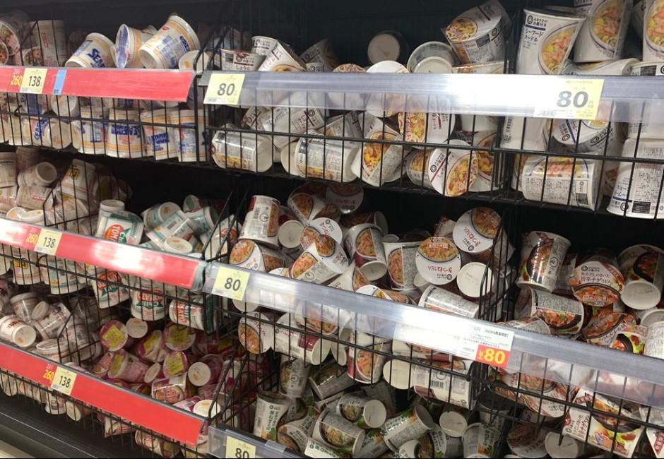 沒在跟你整齊的!超市堅持「亂丟商品」 貼公告:我們這叫有效率