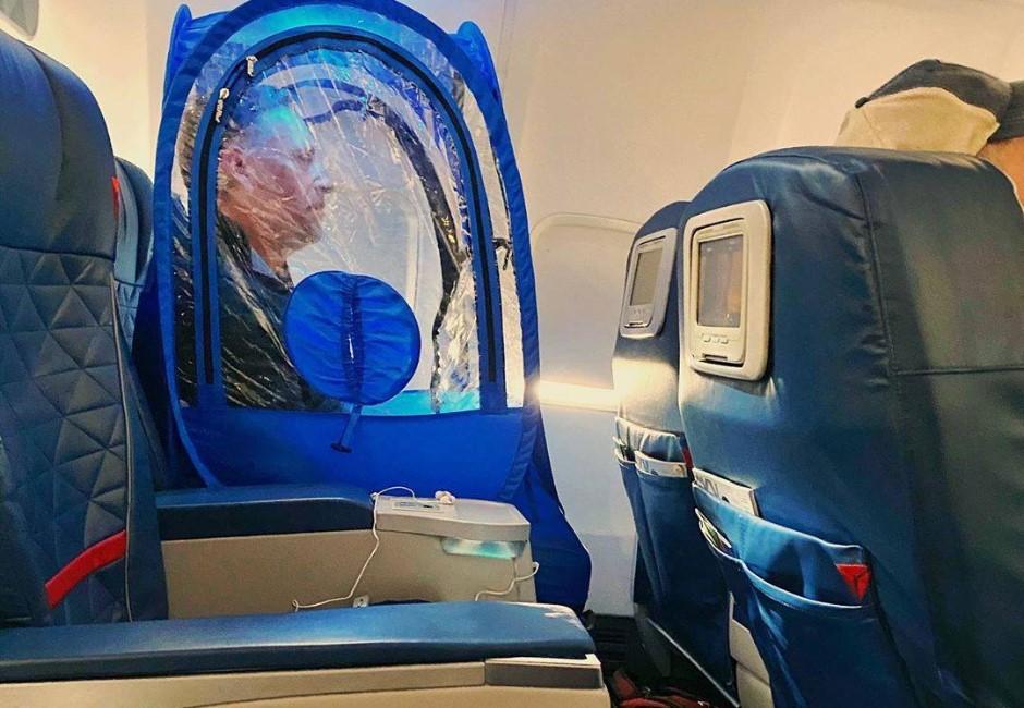搭飛機怎麼防疫?男子「帶帳篷」上機…粉絲一看讚爆