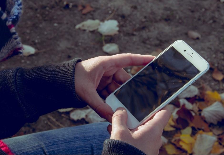 手機太髒成病毒溫床!專家教正確清潔法:千萬別用酒精擦螢幕