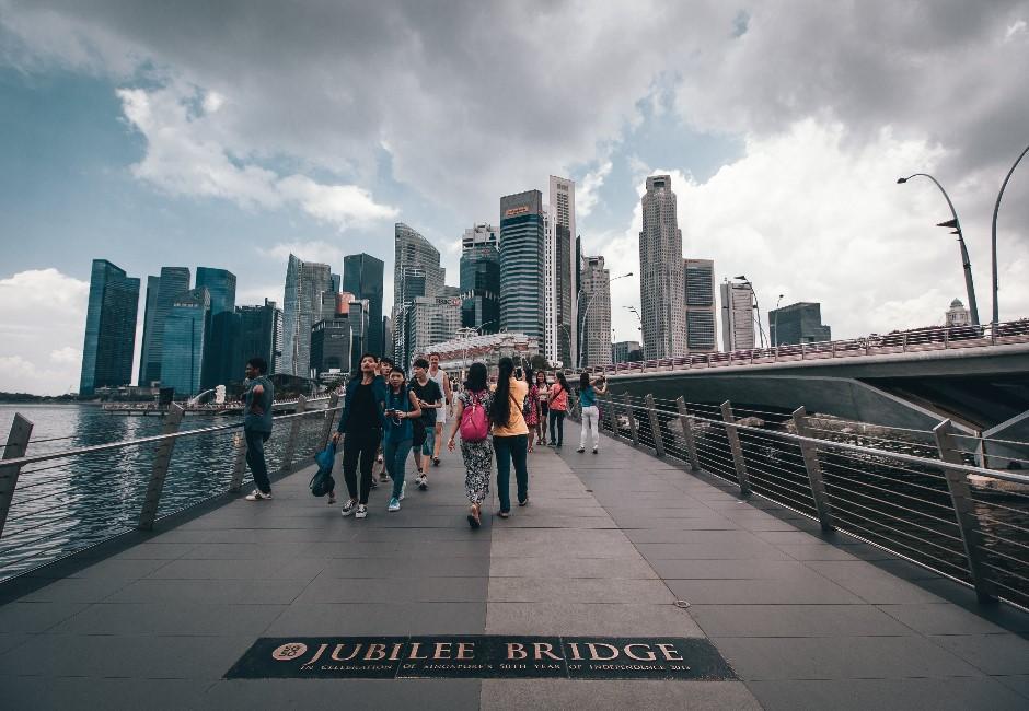 再靠近一點點,你就要坐牢!新加坡防疫法定「一公尺距離」