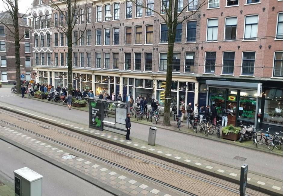 小孩才搶衛生紙!荷蘭紅燈區出現奇特街景:民眾排隊囤大麻