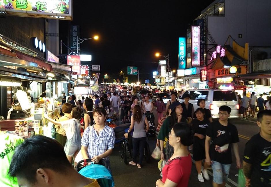 連假墾丁人潮洶湧如「一個月前的義大利」醫憂:台灣人準備後悔!