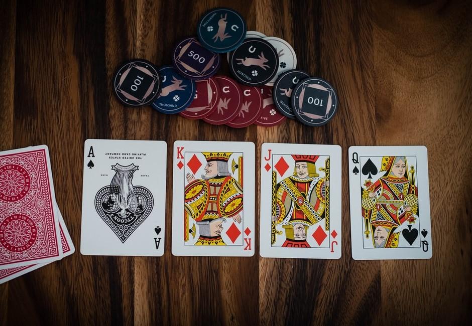 撲克牌彩蛋大揭密!Q分別代表4位女王、唯一只有她手拿武器