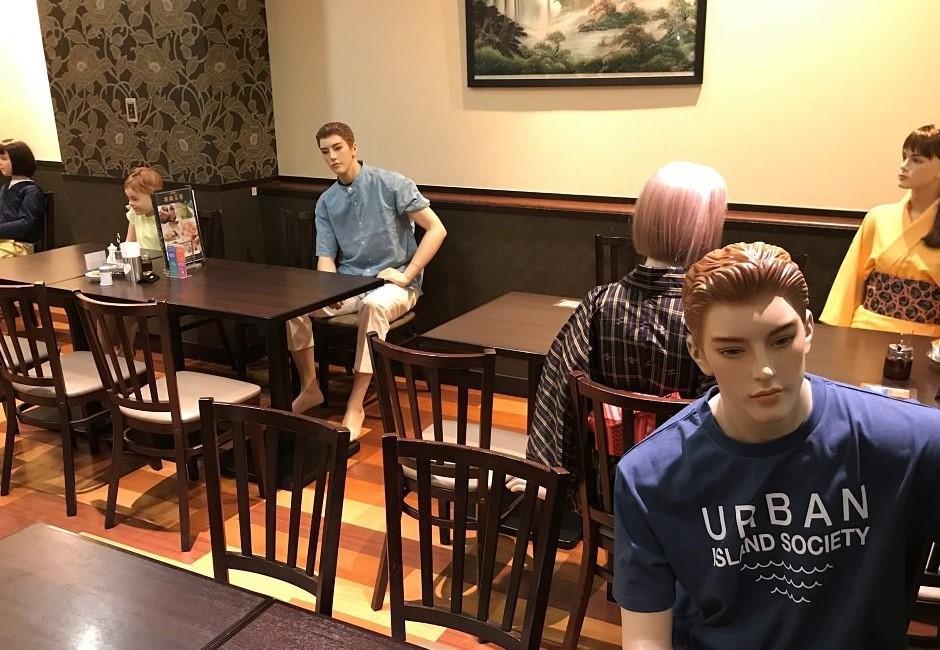 店內坐滿假人、超中二魔法陣隔板⋯3個日本腦洞大開的防疫奇招