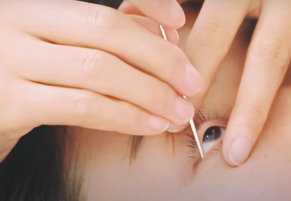 正港「洗眼睛」你敢試嗎?拿銀棒戳眼睛按摩清晰視力 網紅圈瘋開箱體驗:癢癢的!
