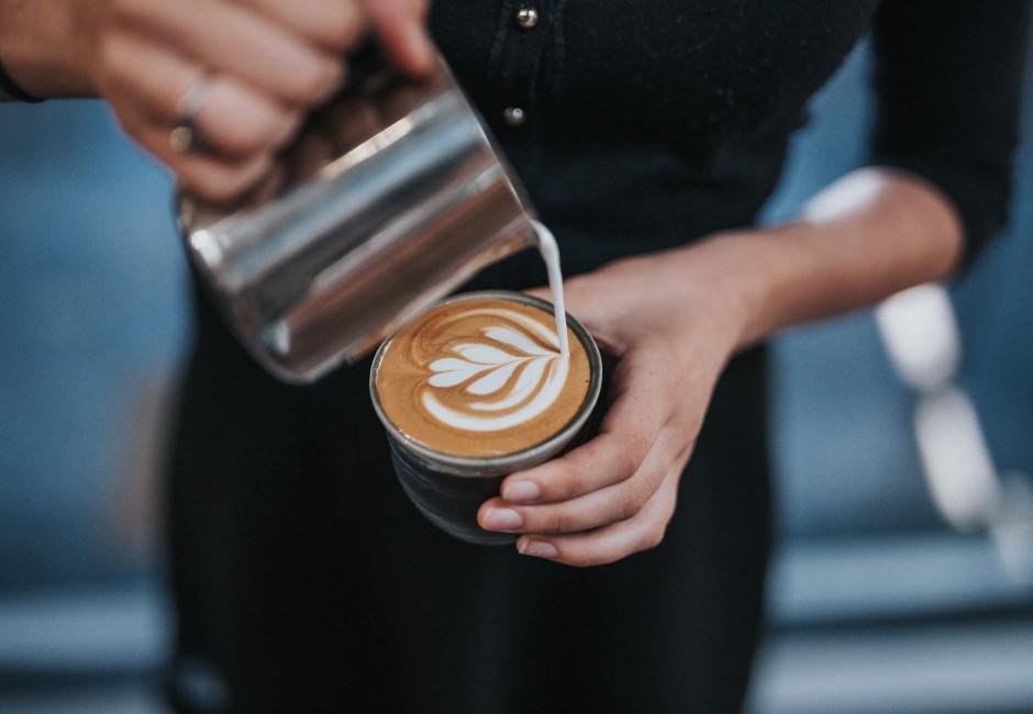 台中知名咖啡店驚傳「偷拍客人」! 老闆道歉「已到警局自首」網友不買單