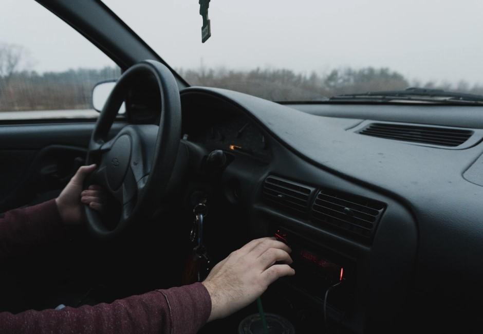 「開車暗號」長知識!閃燈提醒被比中指 老司機「1手勢」對方秒懂
