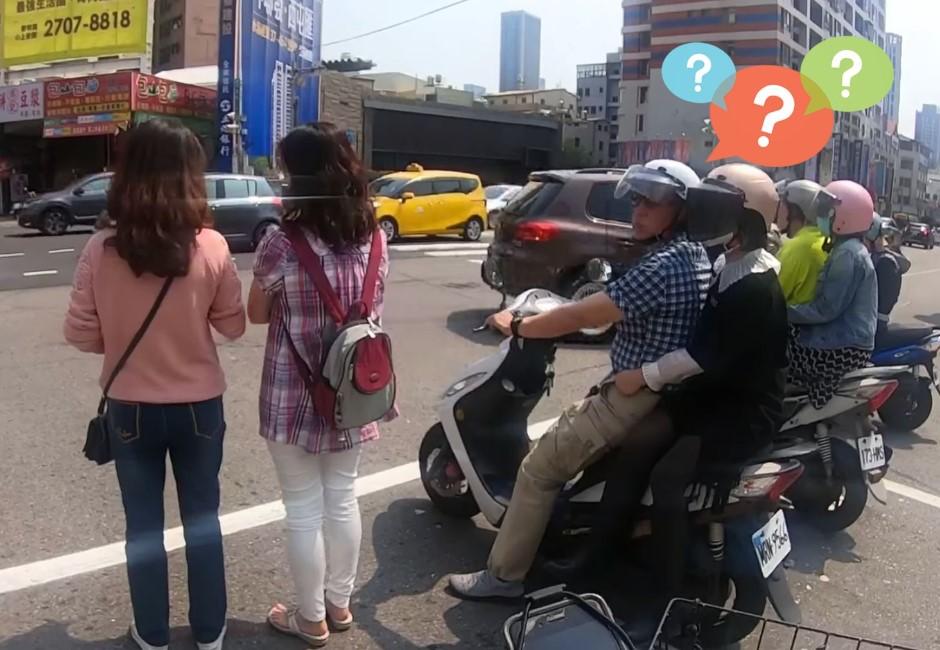 走路也能發揮三寶精神?兩女過馬路爽聊⋯一個MOVE站待轉區騎士傻眼