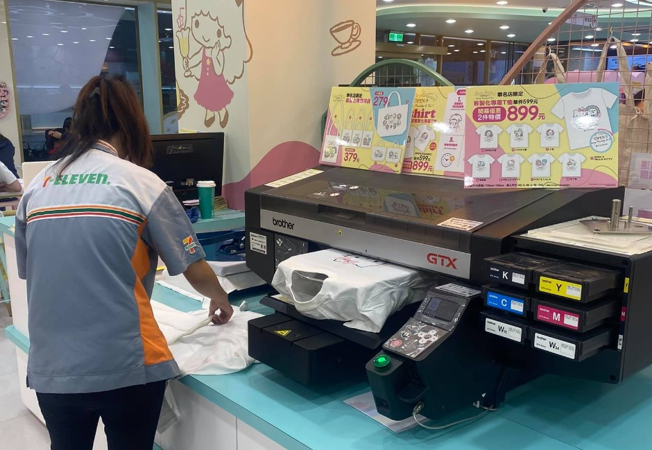 超商店員技能再+1!網友捕獲「印製潮T」畫面:之後要出美甲服務了嗎