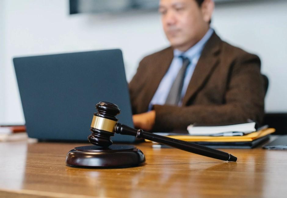 法律系學生舉牌「塊陶啊」給高中生忠告!網問法律系很慘嗎?過來人曝殘酷現實