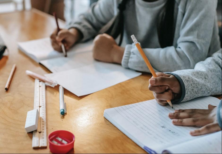 小學生被罰抄課文、沒交不能下課!家長求情遭老師嗆:反正教師法沒規定