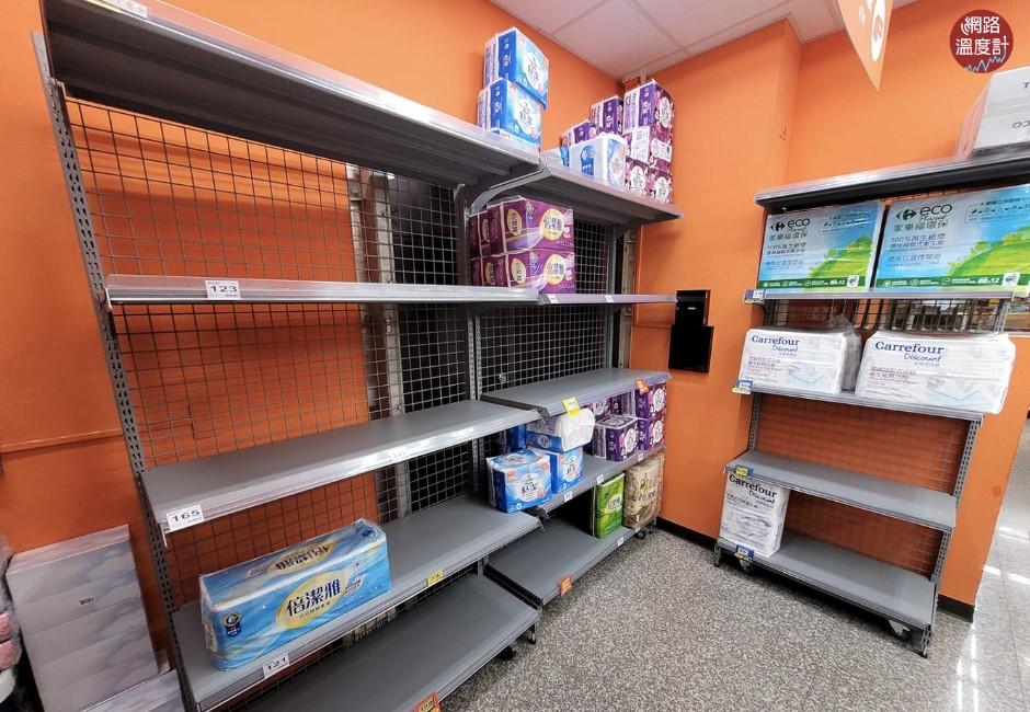 多圖/疫情升溫現搶購潮!貨架衛生紙、泡麵被掃空 賣場祭「限購令」