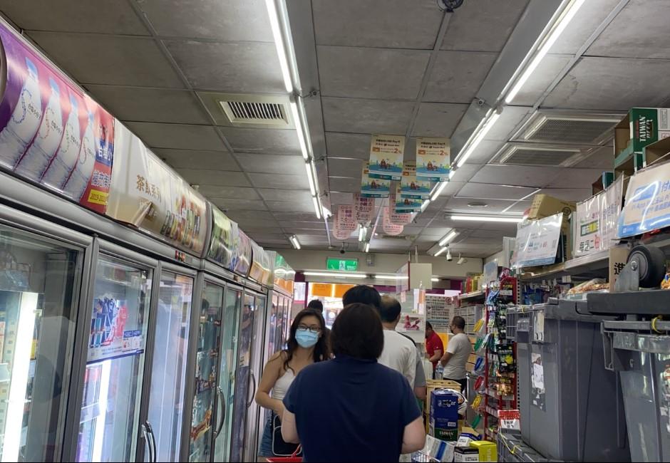 多圖/雙北三級警戒 賣場湧現搶購人潮 實施實名制限購