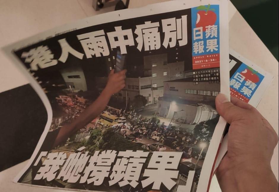 多圖/香港蘋果熄燈!「雨中痛別」最終刊民眾凌晨排隊搶買百萬份