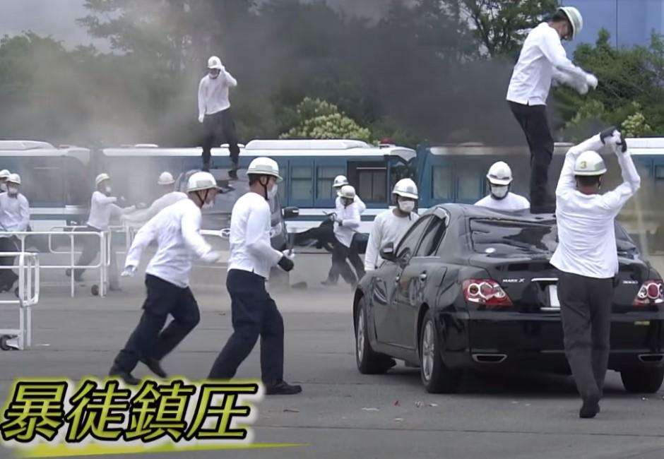 東奧警備演習亮點!「暴徒」狂砸猛踹超敬業 網友爆笑:放過那輛車