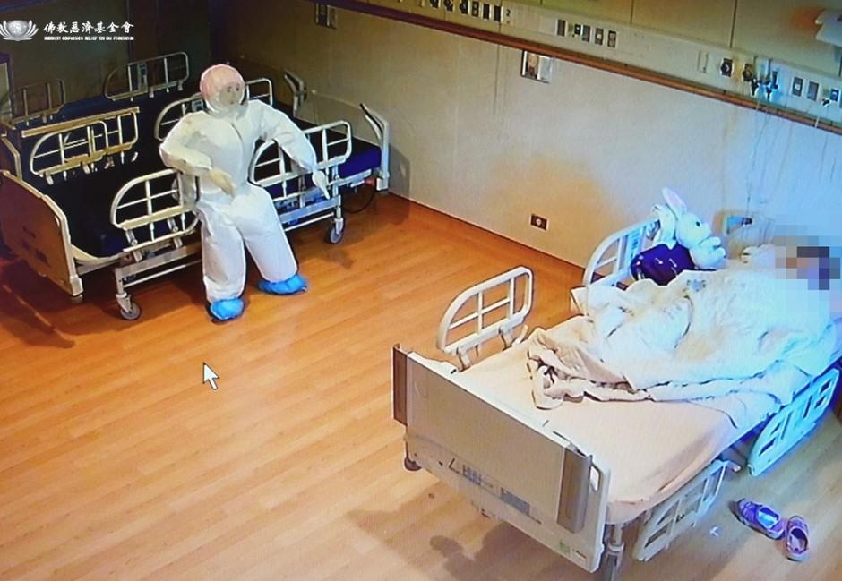 確診「失智躁鬱症嬤」需人陪伴 醫護送充氣娃娃秒聽話