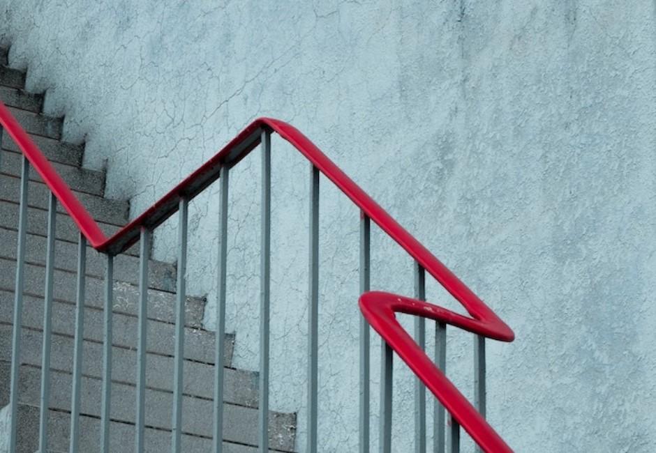 嚇到人小心被罰錢!鄰居貼遺照在公寓樓梯 法律粉專:恐違反《社維法》