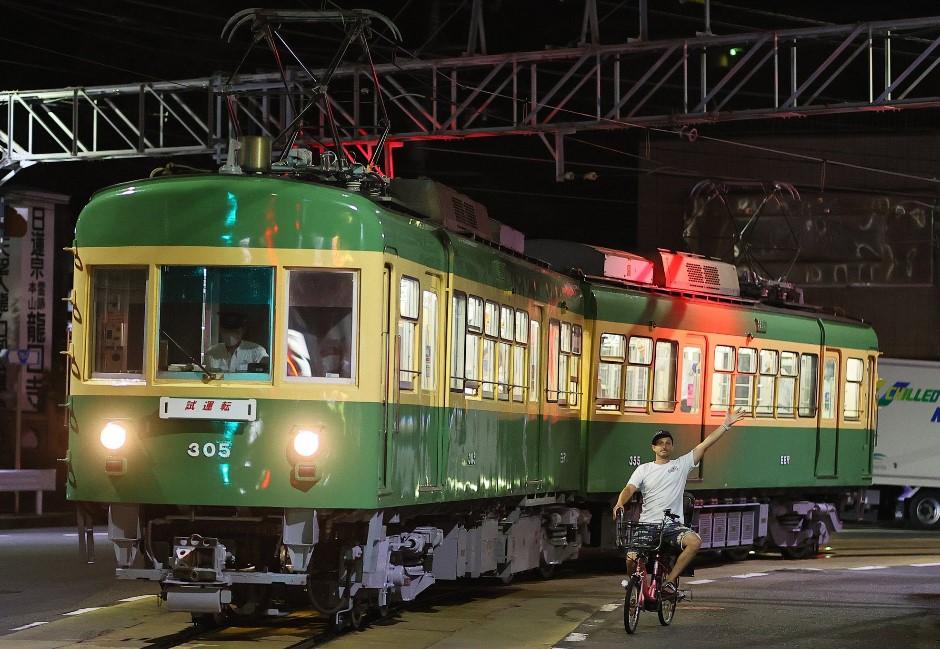 日本「電車老外」爆紅!鐵道迷守候拍攝江之島電鐵 老外搶鏡揮手遭罵「去死」