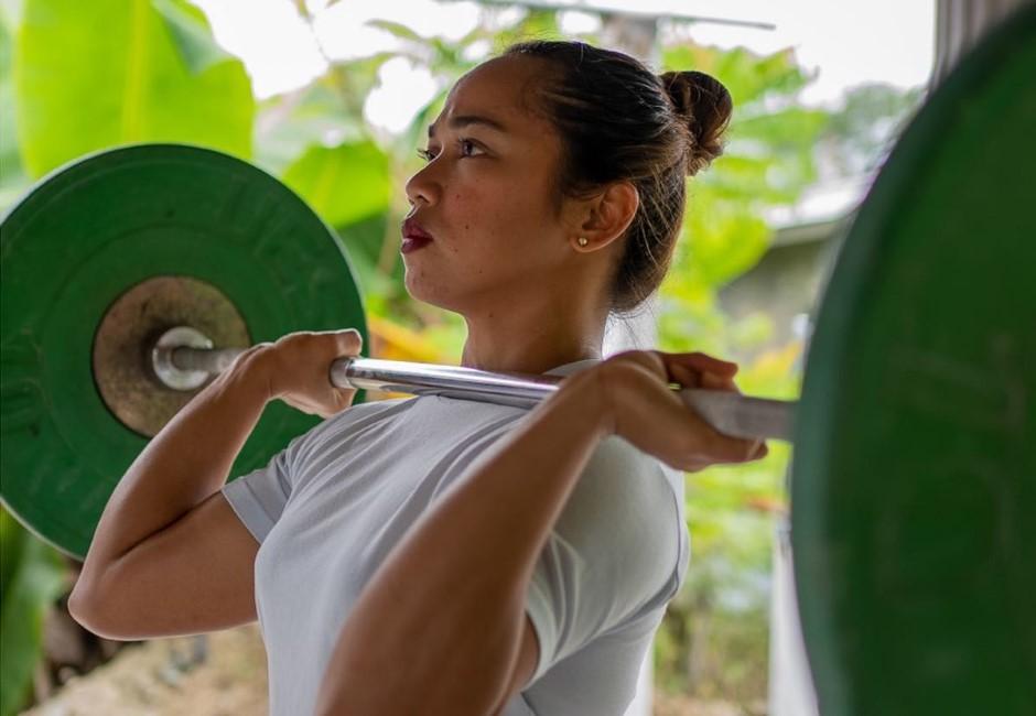 怕祖國出征!菲律賓奧運舉重摘金 中國籍教練「躲角落滑手機」:心情複雜