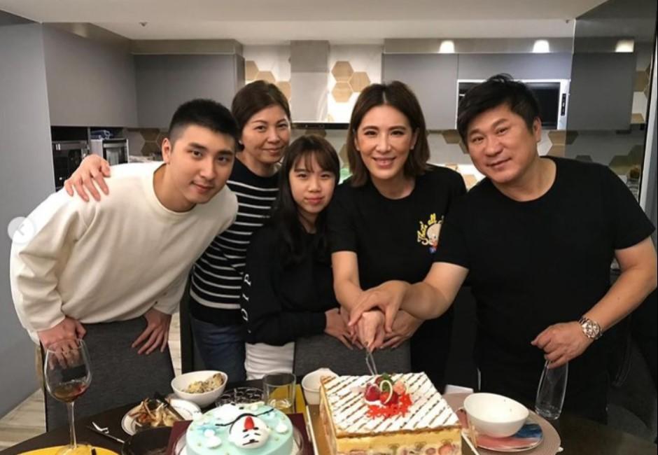 小禎PO全家福慶父親節 網嗆「沒丁柔安真爽」掀論戰