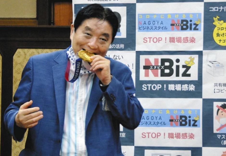 大口咬下好滿足?市長突咬東奧選手金牌:愛的表現 網怒求奧會換一面
