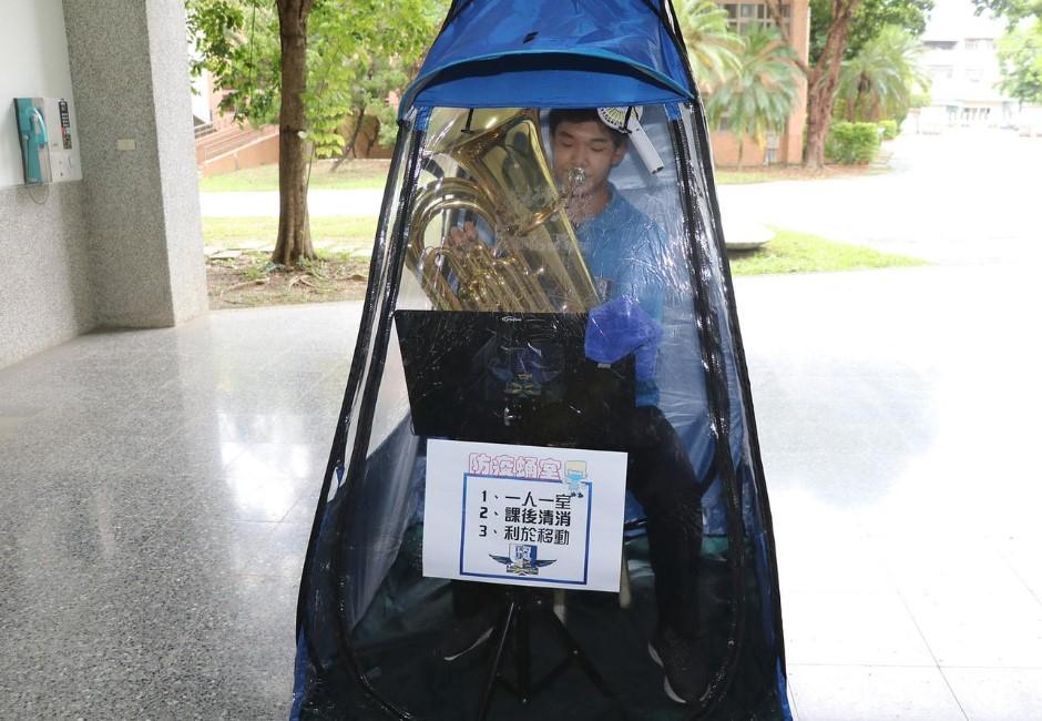 開學防疫祭新招!校方特製管樂班「防疫蛹室」 網:不會熱昏嗎?